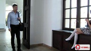 Porrista morena disfrutando la verga de su profesor