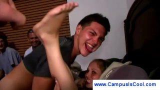 Jovencita universitaria sonríe mientras es follada